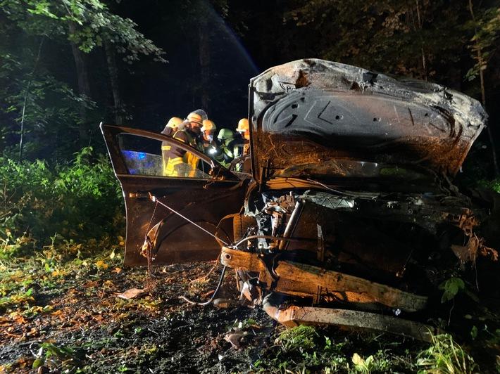 FF Bad Salzuflen: Drei Menschen bei Alleinunfall zum Teil lebensgefährlich verletzt / Audi landet auf Waldweg zwischen Bad Salzuflen und Wüsten