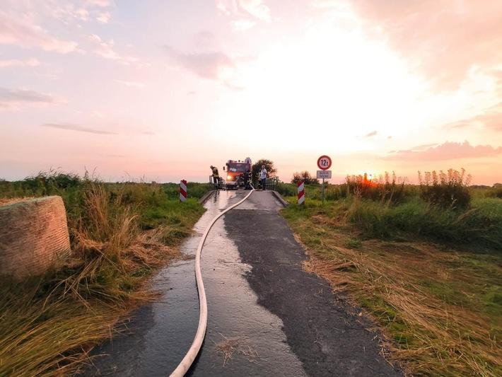 FFW Schiffdorf: Feuerwehr wird in Brameler Feldmark zum Flächenbrand gerufen