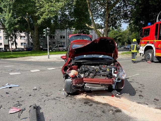 FW-GE: Verkehrsunfall mit Rettungswagen forderte mehrere verletzte Personen