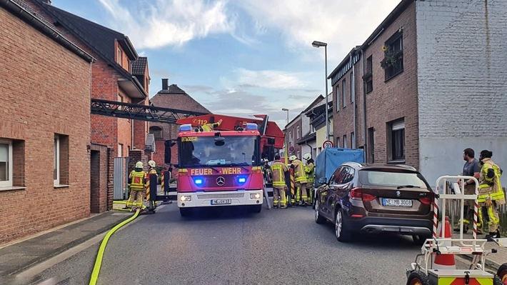 FW Grevenbroich: Brennende Halle in Grevenbroicher Wohngebiet // Holzlager und Gabelstapler in Flammen