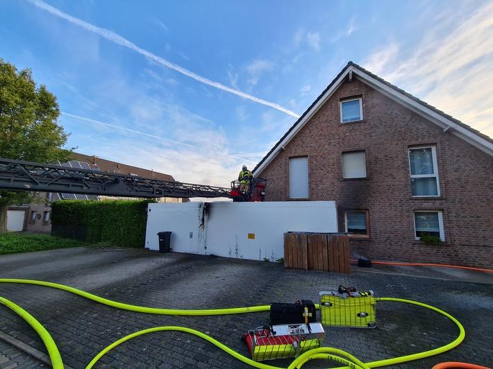 FW Grevenbroich: Garagenbrand in Allrath - Feuerwehr verhindert übergreifen des Feuers auf Haus