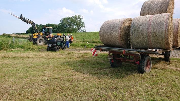 FW-LK Leer: Traktor in Esklum in Brand geraten