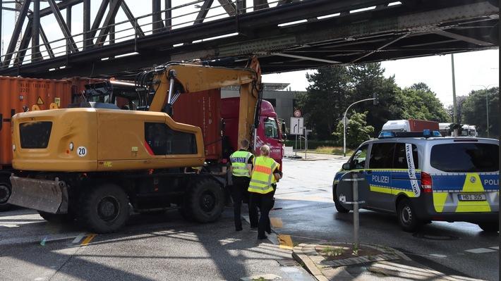 POL-Bremerhaven: Bagger bleibt an Brücke hängen (FOTO)