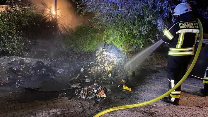 FW-KLE: Dritter Brand im Fahnenkamp: Müllcontainer steht in Flammen
