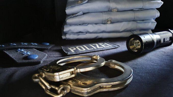 Handcuffs Uniform Police Cop  - dennisweiland / Pixabay