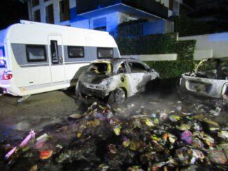 FW Dinslaken: PKW und Mülltonnen brannten