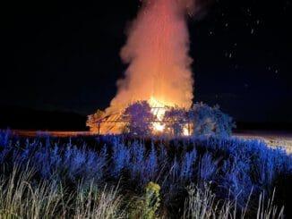 FW Grevenbroich: Brennende Feldscheune bei Grevenbroich Kapellen / Stroh und Futter des Tiergeheges im Bend verbrannt