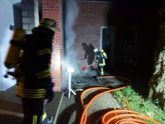 FW-KLE: Mülltonnenbrand am Kellener Pfarrheim drohte überzugreifen