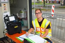 Fabian Knödlers Gesicht ist das erste, das die Ankommenden im Bereitstellungsraum sehen.