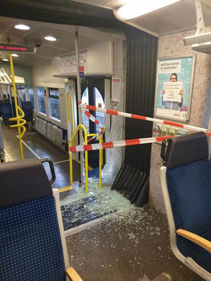 BPOL NRW: Unbekannter Täter schlägt Scheibe in S28 ein