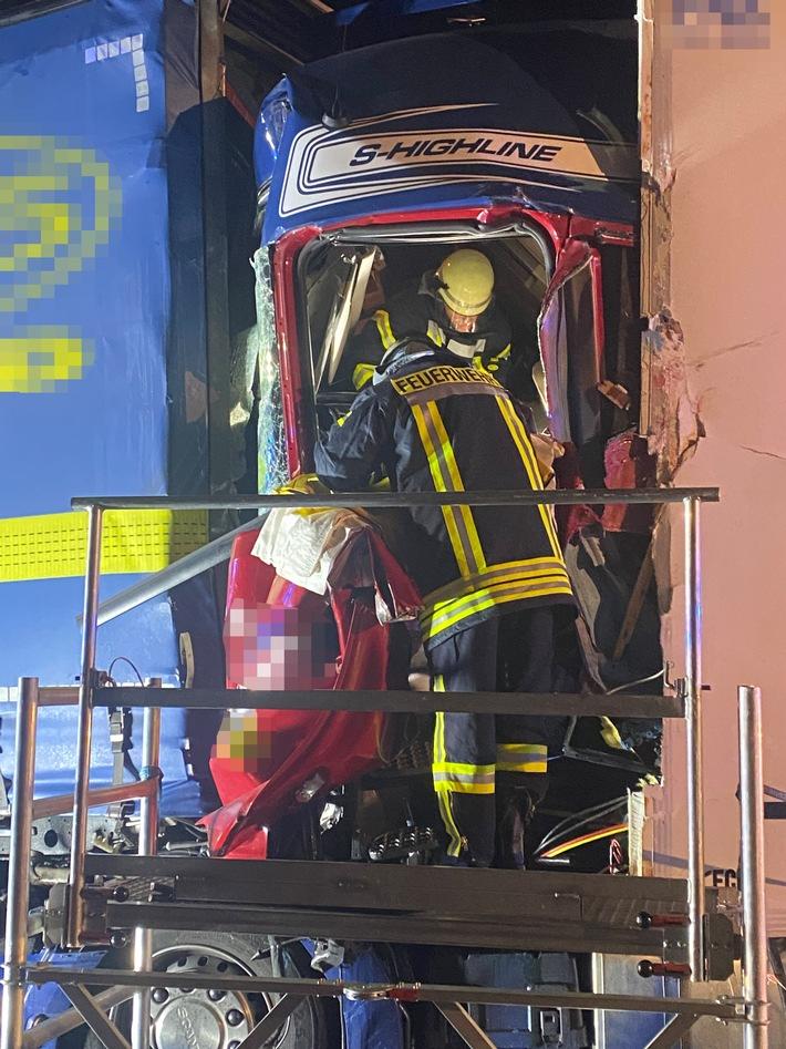 FW Düren: Schwerer Verkehrsunfall auf der BAB 4