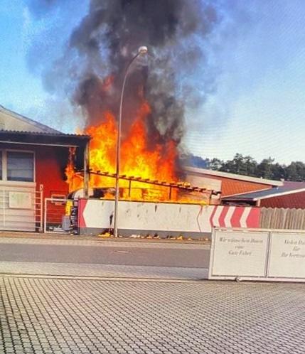 POL-PDNW: (Haßloch) Wohnwagenbrand greift auf Wohnhaus über