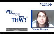"""Auf einem weißen Hintergrund steht auf der linken Seite des Bildes in blauer Schrift die Frage """"Wie kamen Sie zum THW"""". Auf auf der rechten Seite des Bildes ist ein Bild von Yasemin Gündogdu zu sehen."""