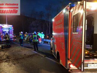 FW-PL: PKW auf Seite. Feuerwehr rettet schwer Verletzte aus Fahrzeug.