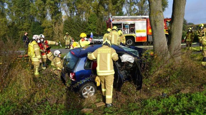 FW Ratingen: Schwerer Verkehrsunfall in Ratingen - PKW rast gegen Baum